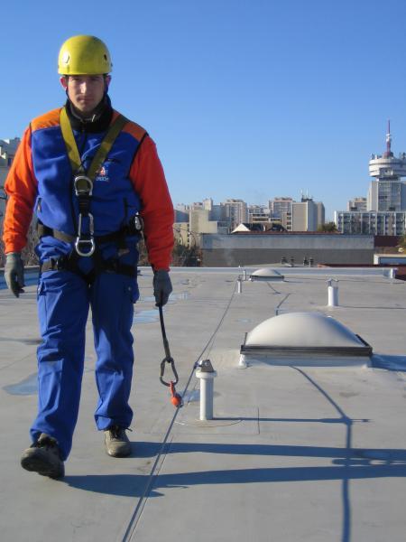 Pose de line de vie sur toiture en membrane