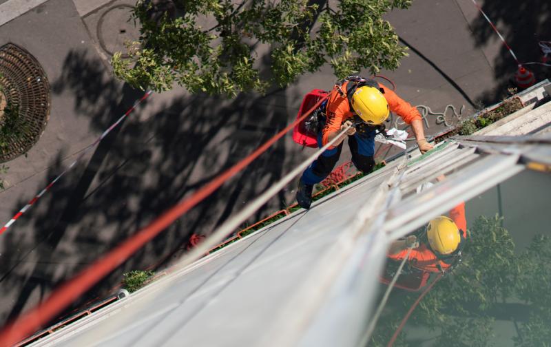 Nettoyage de vitres inaccessibles extérieures dans le cadre d'un contrat d'entretien annuel hors huisserie.