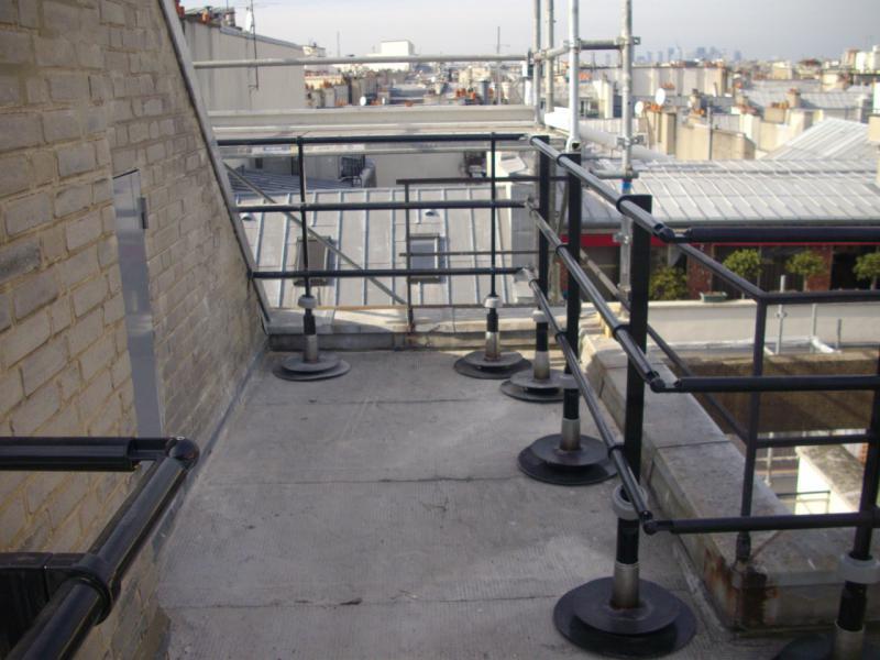Installation de garde corps sur dalle béton.